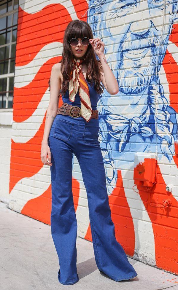 Street style look com macacão, lenço, óculos redondo.