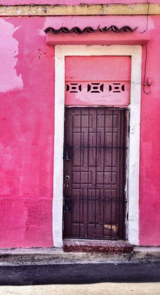 La puerta para una casa rosada en la República Dominicana