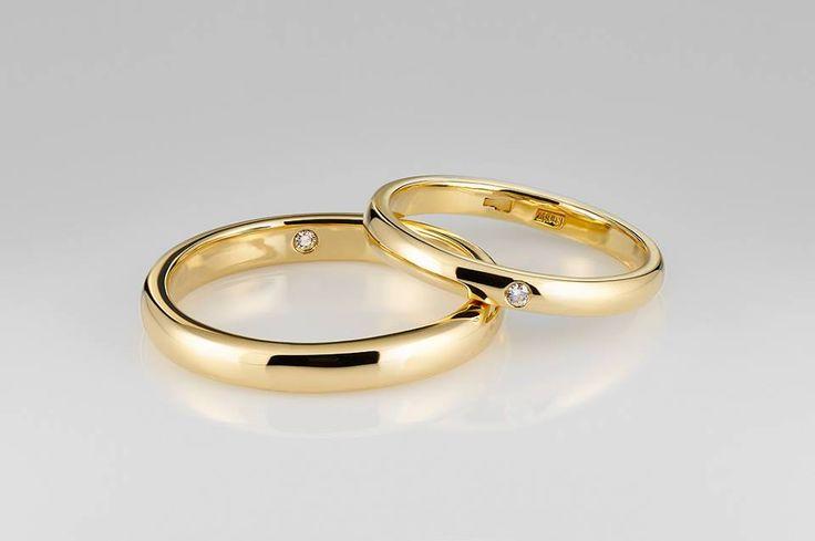 Обручальные кольца из желтого золота с бриллиантом внутри. Женское: 135$ , мужское: 200$ #wedding #rings #diamonds #artauro #kuntcevoplaza #wedday #gold