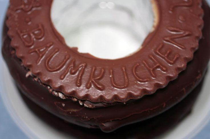 バウムクーヘン ドイツ  年輪のような形状から日本では目出度い贈答品のひとつとして慶事の贈り物として好まれ、結婚式や祝い事の引き出物として使われることが多い。日本人にとっては大正・昭和初期から知られドイツを象徴する菓子のひとつと見なされているが、実際のドイツでは珍しい種類の菓子であり日本ほど一般的な知名度はない。