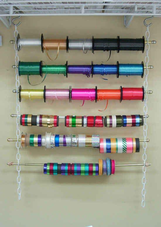 Faça um arco-íris de carreteis de fitas com uma corrente e varões para cortina.