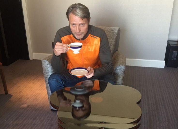 """映画『ドクター・ストレンジ』さんのツイート: """"☕#北欧の至宝 のティーブレイク 昼のひととき、部屋でくつろぐ、来日中のマッツ・ミケルセン あなたが #マッツの部屋 に招かれたらなら、一緒に何をしたいですか? #昼マッツ https://t.co/Uc2GCjf7MB"""""""