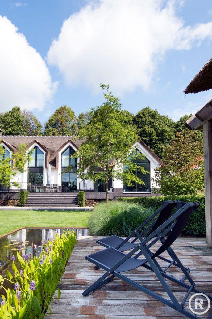 Tuininspiratie De Rooy Hoveniers klassieke tuin villatuin vijver lounge stoelen vlonder Waspik