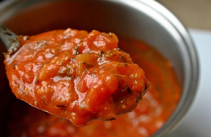 Leichte Tomatensoße: Kalorienarmes Rezept | Pastatelli  Zutaten für 2 Personen: 2 Päckchen passierte Tomaten 2 Knoblauchzehen 1 Gemüsebrühwürfel Salz und Pfeffer Curry etwas Tabasco ein wenig geriebenen Käse (z.B. Emmentaler) 1 gewürfelte Zwiebel gehackte Kräuter nach Wahl
