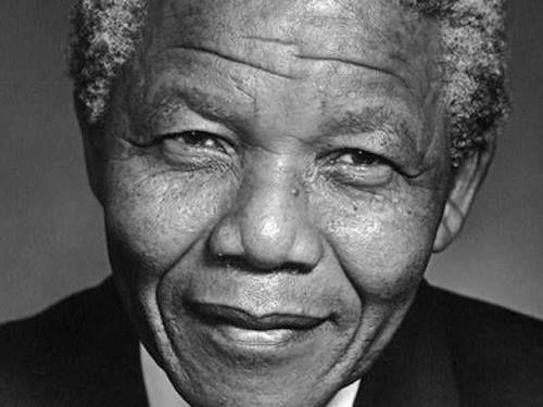 Ein wahrlich bewegender Moment in der Weltgeschichte. Gestern Abend, am 5.12. 2013 stirbt Nelson Mandela mit 95 Jahren. Ein Mensch der in seinen 27 Jahren Gefängnis lernte dass Hass unfrei macht un...