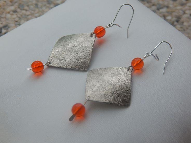 """Boucles d'oreille """"Tuck"""" argentées perles orange acidulée : Boucles d'oreille par bijou-lie"""