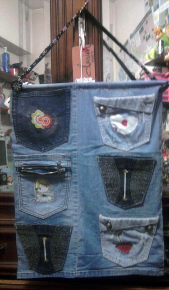 Con le tasche di vecchi jeans