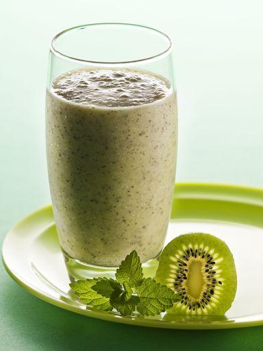 Smoothie vitaminé du petit-déjeuner pour 2 personnes : 25 cl de lait de soja 2 bananes 4 kiwis 2 oranges 1) bananes + kiwis en morceaux dans le mixeur 2) ajouter le JUS d'orange 3) ajouter le lait de soja (nature ou vanillé) 4) MIXER !!!