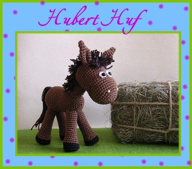 """Mit dieser reich bebilderten Anleitung ist es ganz einfach, ein Pferd """"Hubert Huf"""" selber zu häkeln. Kenntnisse in Maschenzu-, bzw. abnahme und festen Maschen sollten vorhanden sein. Außerdem wird..."""