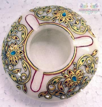 Bring grandeur to the room with this ornately hand painted Ashtray with yellow flowered designed and topped of with a lovely 22 carat gold leaf work.