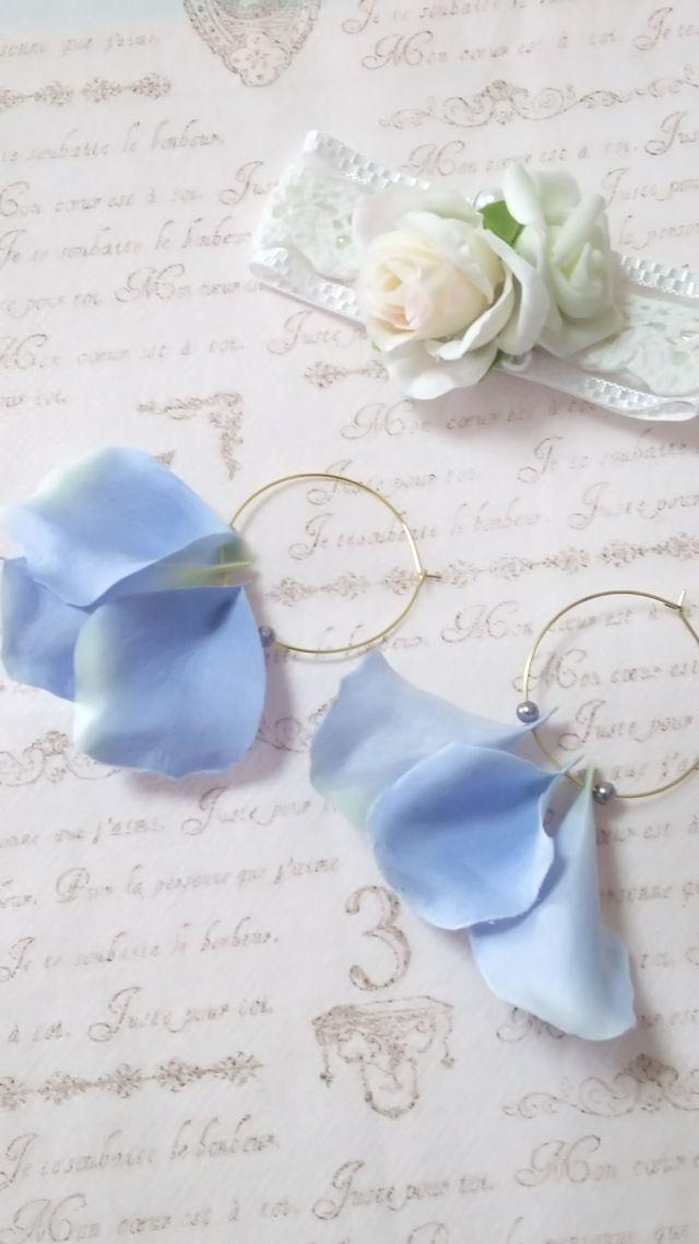 ブルーの花びら フープピアス