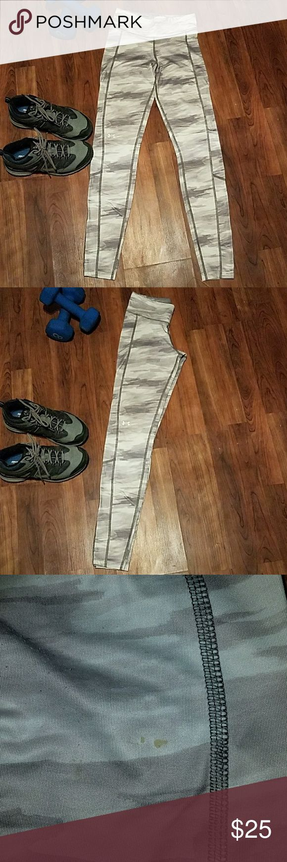 UNDER ARMER Grey Blend Skinny Yoga Pants sz Small Good Condition  No stains, no holes Cream, Light & Dark Grey  Skinny Yoga Workout leggings  (Flaw) clear glue spot on Right bottom cheek  The size of a tiny seed. ○ about this size! Under Armour Pants Skinny