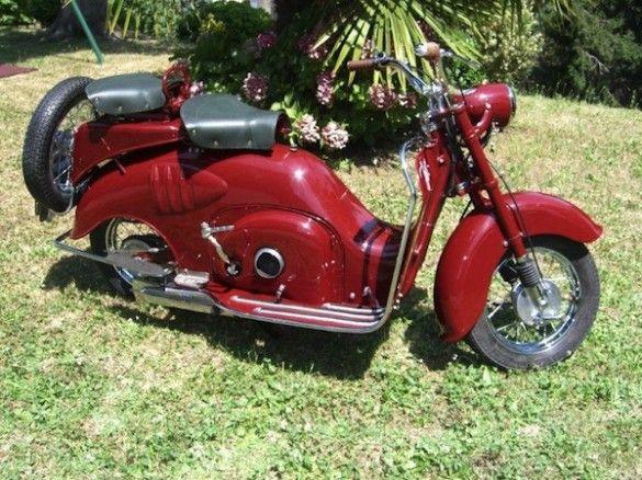 Scooter-Iso-125-cc-moteur-monocylindre-deux-temps-une-bougie-deux-pistons-2-bielles-6-cv-freins-à-tambour-roues-de-12-pouces-carburateur-Del-Orto-reservoir-essence-7-litres-poids-93-kg-1952-Bergame-Italie-Europe-