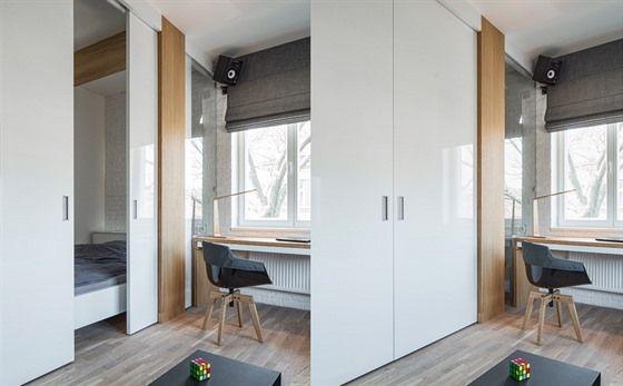Chtěl chlapský byt, má kuchyň s barovým nádechem a postel za panelem