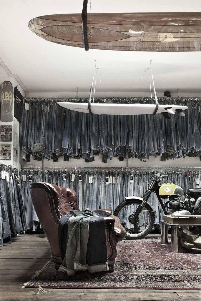 Interior de tienda muy bien decorado y ambientado, muy original la moto de exposición. Fernando Roncero