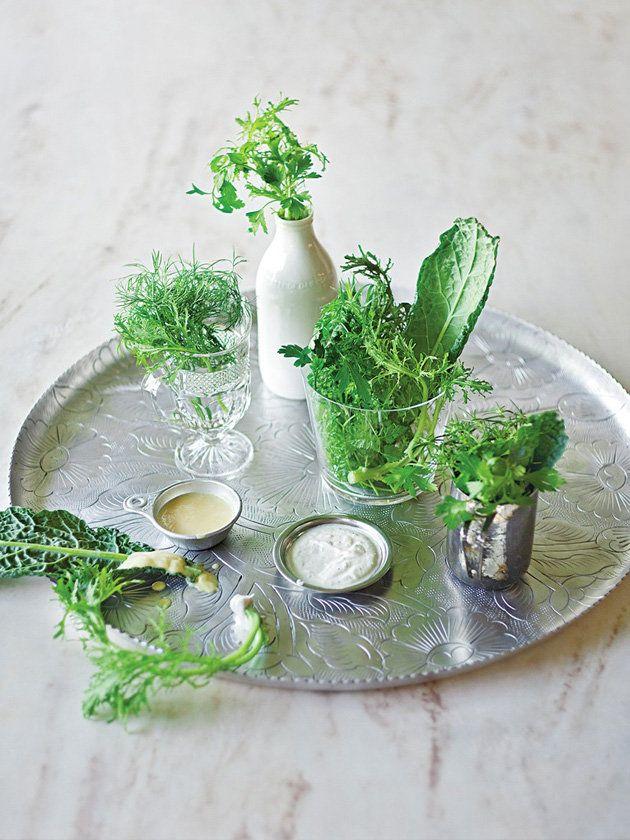 力強い味のドレッシングを添えて|『ELLE a table』はおしゃれで簡単なレシピが満載!