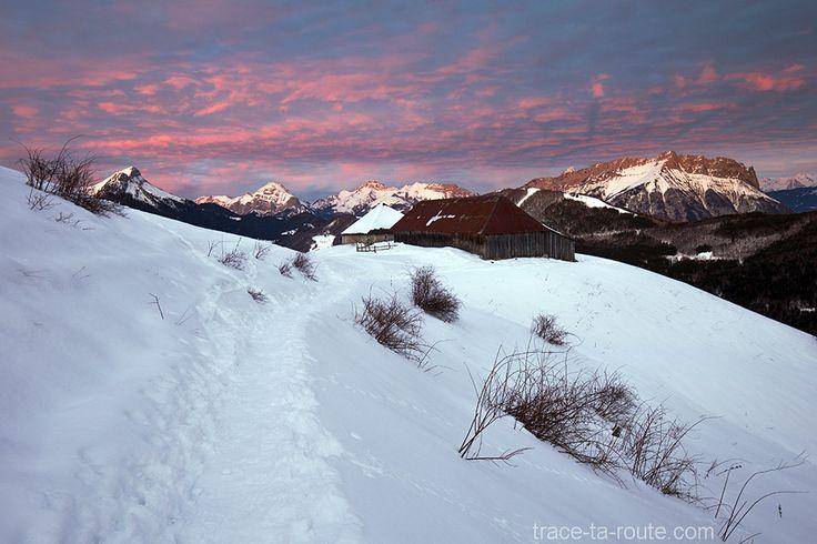 #Crépuscule dans le Massif des #Bauges avec #Chalet de la Buffaz sous la #neige en #hiver #Montagne #Savoie #Alpes