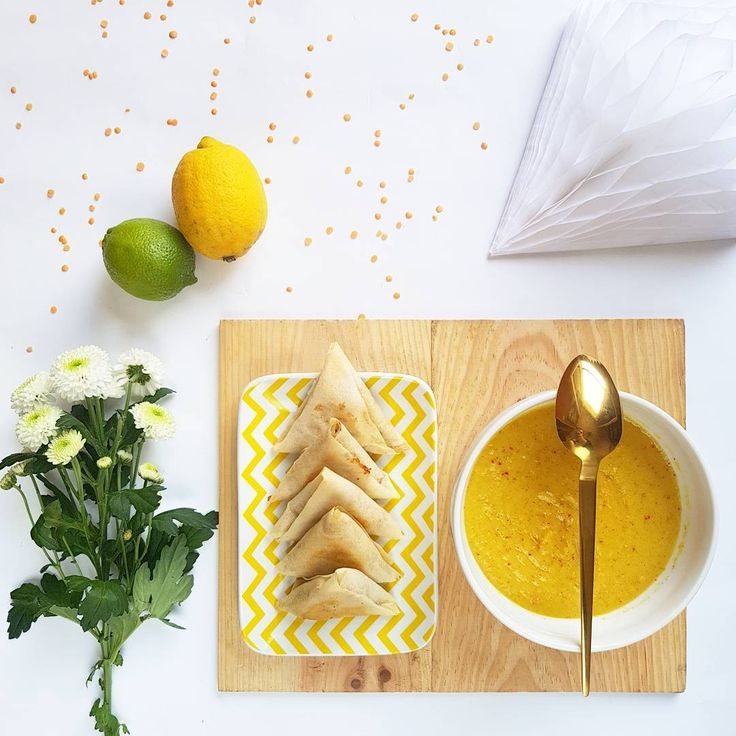 Plat du jour  - Soupe de lentilles corail, carottes, lait de coco, curcuma, oignons et ail - - Samoussas au thon, fromage frais, olives, moutarde à l'ancienne et coriandre -