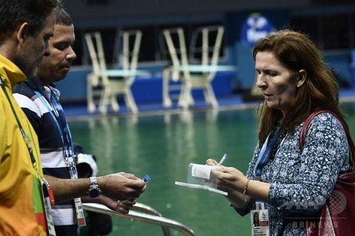 【8月11日 AFP】リオデジャネイロ五輪の飛び込みプールの水が、一夜にして青色から緑色に変わった問題で、国際水泳連盟(FINA)は10日、変色の原因は水質を調整する薬品が不足したことだったと明らかにした。