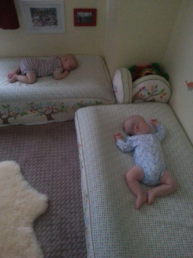 Eine Pool-Nudel als Stopper, damit Baby nicht raus rollt...tolle und so einfache Idee :D