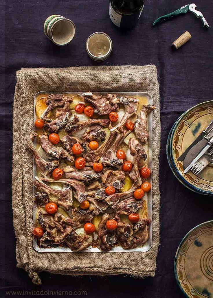 Facilísima receta de chuletas de cordero lechal asadas al horno con patatas y verduritas. Con fotos paso a paso y consejos. Suculentas.
