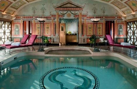 Gli hotel di tutto il mondo fanno a gara per far sentire i propri ospiti a casa. E che casa! Stanze con piscina privata, chitarre Fender per fare rock tutta la notte, lezioni di kamasutra o private-spa. La vacanza è in camera
