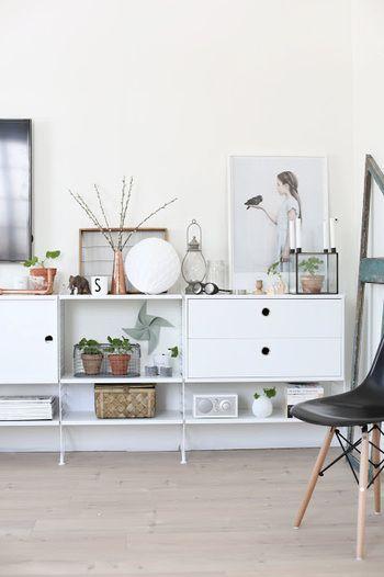 見せたいものと、しまいたいものがあるなら、こんな棚も便利。 ひとつひとつにこだわりが感じられる雑貨のセレクトも素敵☆