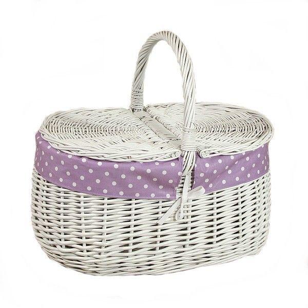Biały wiklinowy kosz na piknik obszyty materiałem - wzór białe kropki na fioletowym tle