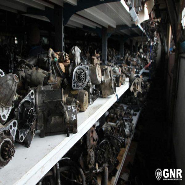 A Unidade de Ação Fiscal realizou ontem e hoje, em localidades dos distritos de Beja e Setúbal, uma apreensão de peças automóveis e 93 veículos no valor de mais de 5 milhões de euros. #automóveis #beja #gnr