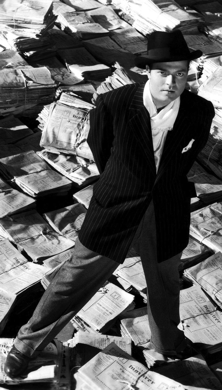 Orson Welles dans Citizen Kane, produit par la RKO. Youthful looking Orson made movie nearly always featured in top ten lists. Many innovative features from young director.