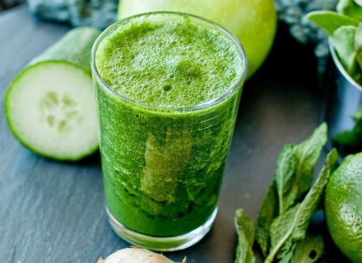 Sumo Verde Anti-Inflamatório by Pema Lemos 4 ramos de aipo 1/2 pepino 1 chávena de abacaxi 1/2 maçã Verde 1 chávena de espinafre 1 limão 1 pedaço de gengibre