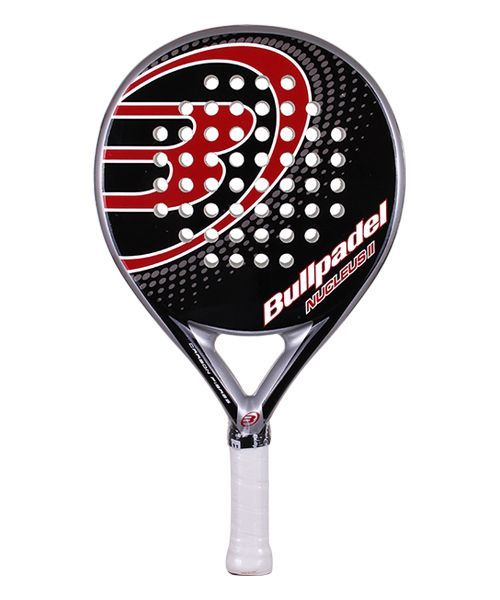 La Bullpadel Nucleus II es una pala diseñada sobre todo para ofrecer control sobre la bola, pero además es una pala ágil y rápida con un bonito diseño