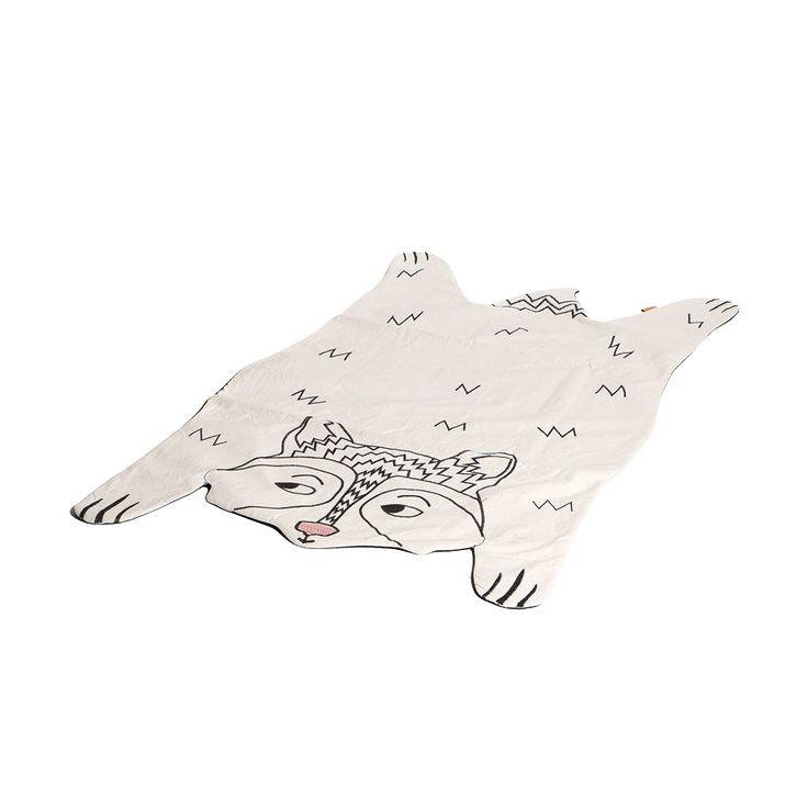Tapete Mapache  ilustrado a mano y bordado, en tela cruda con bordados negro y rojo. Este producto es ideal como complemento de decoración en camas, sillas, sofas o como tapete para que tu pequeño juegue o pase un rato en cualquier lugar.