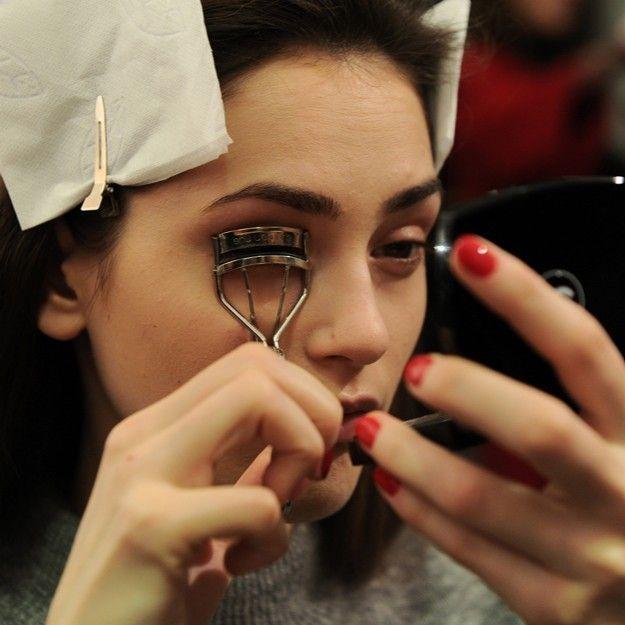 Lección de Maquillaje - Los consejos de un profesional para rizar las pestañas