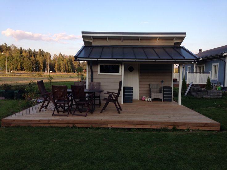 Puutarhavaja sekä terassi. Garden house and wooden terrace.