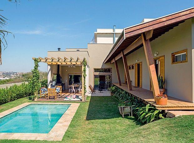 De linhas simples e aberturas generosas, a casa projetada pelo arquiteto Flávio Vila Nova, em Tatuí, interior de São Paulo, é ensolarada e voltada para o convívio. Por causa dela, os proprietários refizeram os planos de futuro