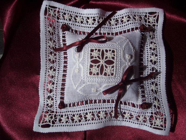 (1) Cuscinetto portafedi quadrato. Ricamato a punto antico, con sfilatura complessa ad edelweiss. Lucia De Nisco