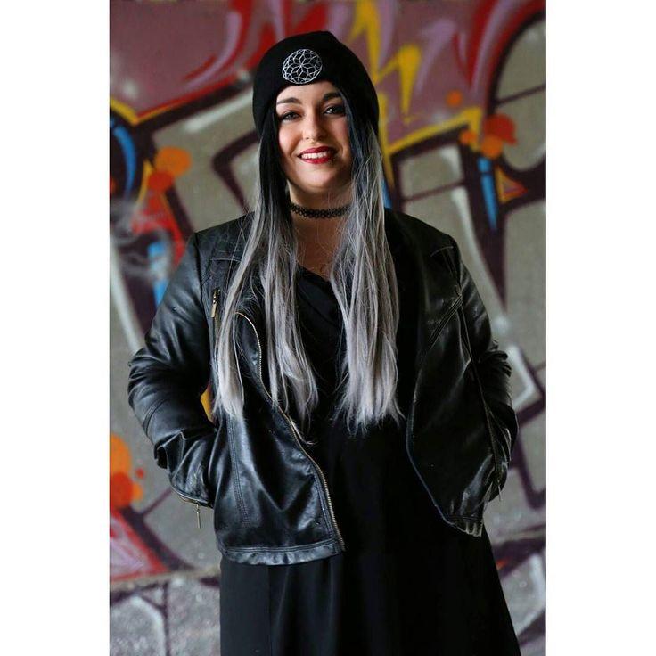 Aujourd'hui j'ai vraiment une tête de zombie donc je vous épargne ça en publiant une photo prise avec une amie qui a un putain de talent  #monday #dead #streetart #art #graffiti #Rennes #uniwigs #greyhair #longhair #redlips #smile #tattoogirl #tattoo #bodmod #piercing #labret #blackdress #thec by metal.girl