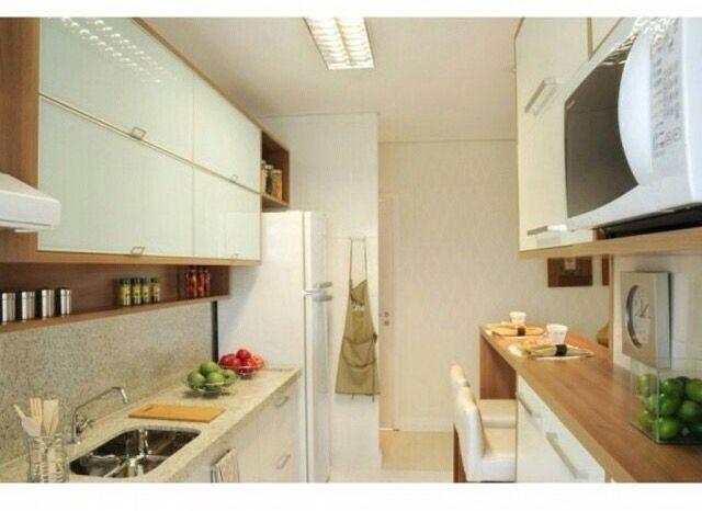 Cozinha em tons madeira/branco/bege  Clássica, linda e agradável!