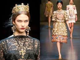 las prendas estampadas con simbolos son parte de la colección y de lo que fue la época bizantina, guardando siempre la figura de la mujer  pero sin quitarle el brillo que le daba el color oro y ocres.