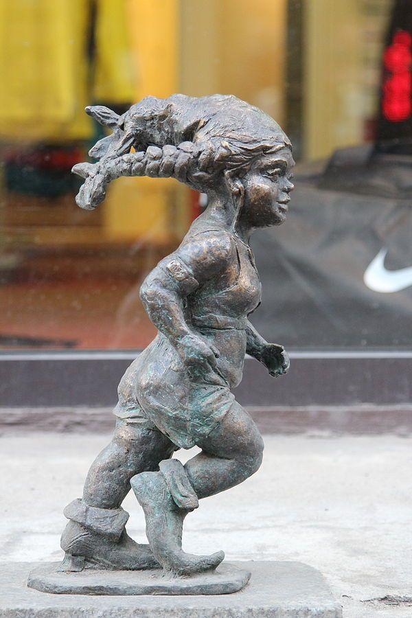 Truchcia (Runner), wrocławski krasnal znajdujący się w sklepie Run4Fun.pl przy Krupniczej 6/8; autor: Grzegorz Łagowski