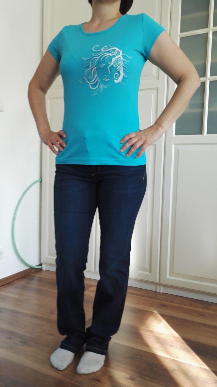 Malované+dámské+tričko+Originální+ručně+malované+tričko+velikosti+M.+Materiál:+100+%+bavlna,+gramáž+150+g/m2,+růžové+barvy.+Doporučuji+prát+po+rubu+na+30stupňů+na+šetrný+program+-+obrácené+obrázkem+dovnitř.+Žehlit+na+bavlnu,+motiv+přes+plátno+nebo+po+rubu.+Barvy+jsou+do+trička+tepelně+zafixovány+žehlením.+Tričko+je+značky+ADLER+Pure