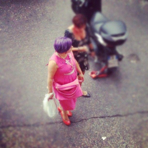 capelli viola e un vestito rosa shocking...benvenuti a roma!!!  foto di angelo tantillo