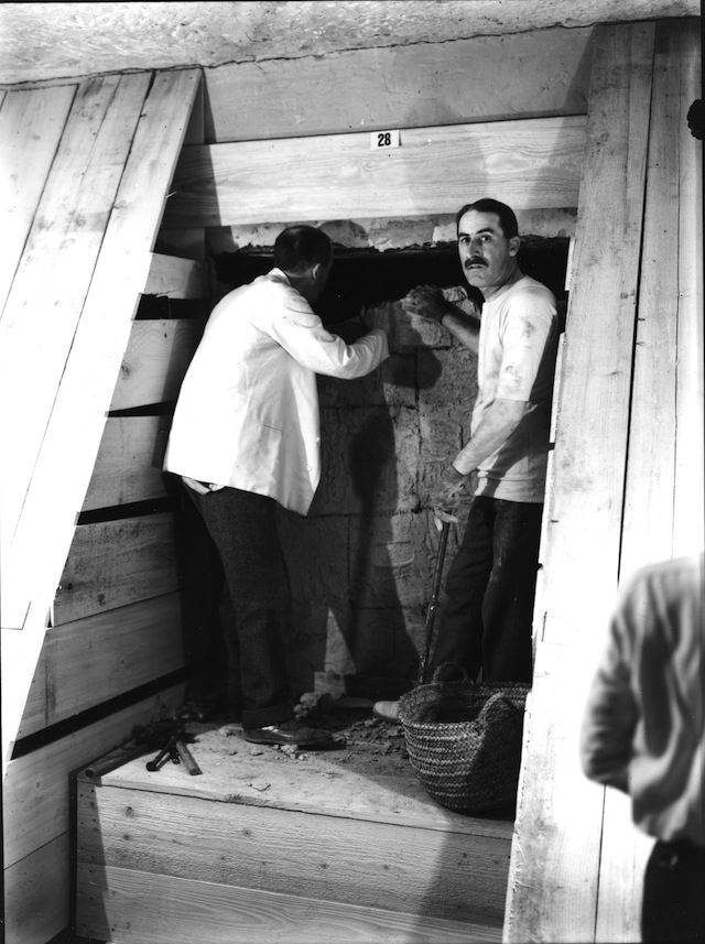 harry carter king tut | Howard Carter and Lord Carnarvon standing before the burial chamber