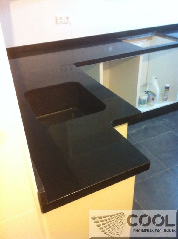 Montaje encimera de granito negro zinbawe con canto doble for Catalogo de marmoles y granitos