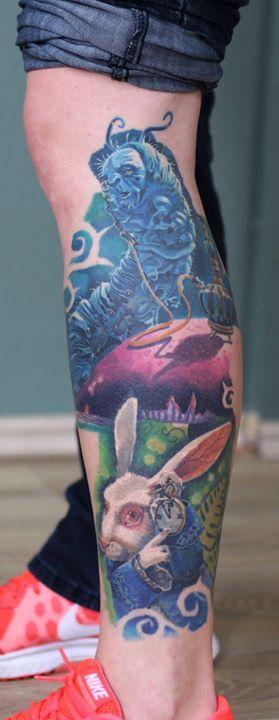 """Das Tattoo ist schon seit über einem Jahr abgeheilt. Es kommen noch mehr Motive aus """"Alice im Wunderland"""" dazu :) Gestochen von Mischa. #colortattoo #farbtattoo #farbig #aliceinwonderland #alicetattoo #aliceinwonderlandtattoo #whiterabbit #followthewhiterabbit #realismus #comictattoo #comic #realistictattoo #mishartattoo #tattoodüsseldorf #tattooinprogress #tattooartist #tattooart #tätowiert #tattooedgirls #inkedup #tätowierer #düsseldorf #tattoostudio #livingillustrations #absolem…"""