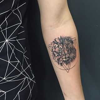 A uniquely lined lion that really makes a statement. | 15 Beautiful Lion And Tiger Tattoos That'll Take Your Breath Away