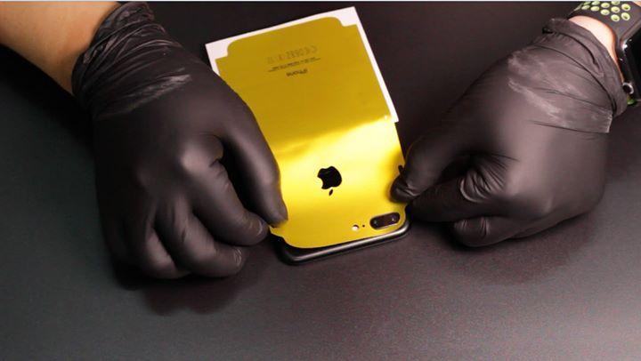 """‼️‼️ Làm sao để bảo vệ iphone chống trầy vừa đẹp hoặc muốn thay màu mới mà không cần dùng đến dao kéo ???  ♻️Nhiều bạn vẫn nghĩ dán 1 miếng dán sau thông thường hoặc sài ốp lưng thì sẽ ko trầy  >>> SAI HOÀN TOÀN ♻️Khi sài ốp lưng: Cát trong túi quần - giỏ ví sẽ lọt vào bên trong ốp Sau đó + với lực tay cầm bấm hằng ngày vô tình """"Ép"""" hạt Cát lún sâu vào lưng viền iphone (nhiều nhất là ở cạnh viền)  ♻️Khi ko sài ốp với tác động thường xuyên của mồ hôi tay chất muối sẽ làm Ô-XI Hoá lớp sơn trở…"""