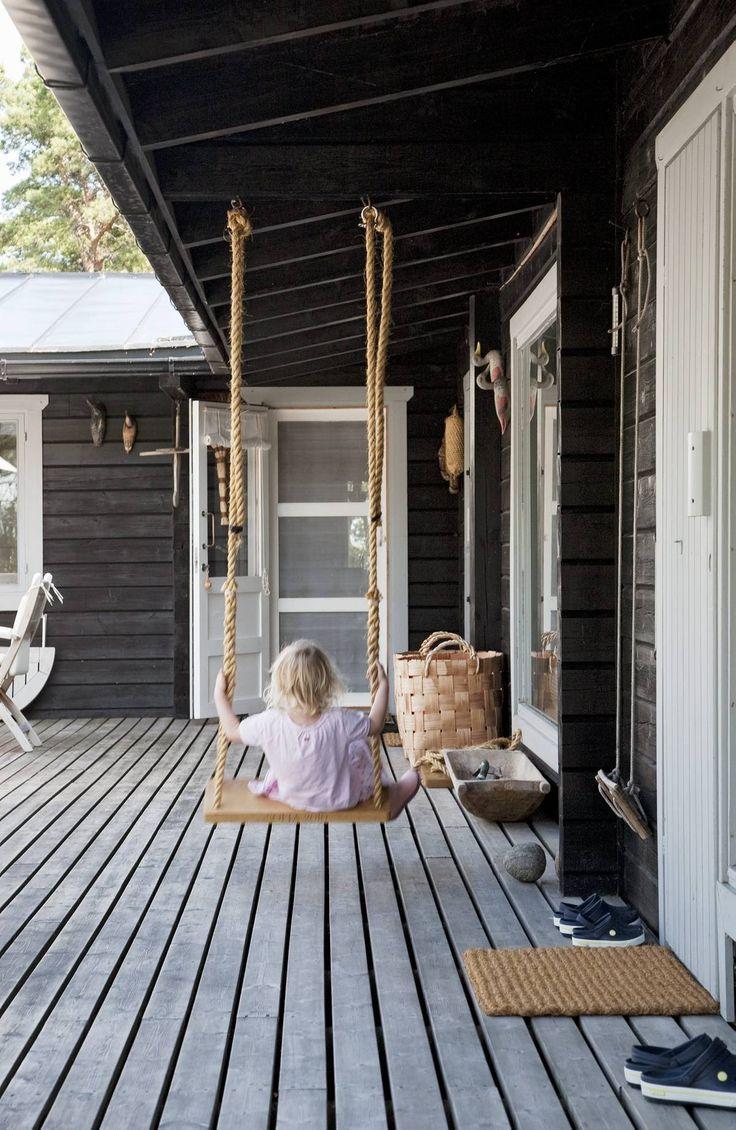 Narukeinu terassilla on Ninan lastenlasten ahkerassa käytössä. Kellastuneet hirret saivat joitakin vuosia sitten tummanharmaan pinnan.