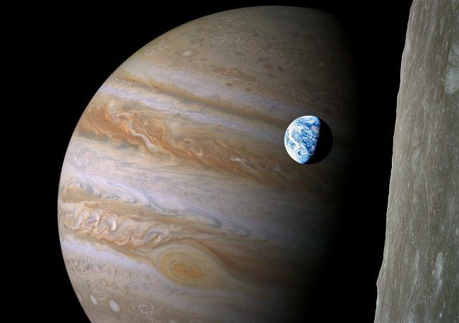 Самая большая планета солнечной системы Юпитер: Пятая планета от Солнца, крупнейшая в Солнечной системе. Юпитер - газовый гигант.